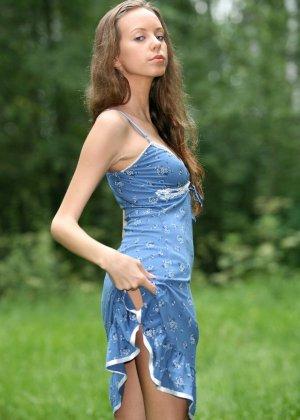 Горячая фотосессия молодой красотки, которая только дразнит собой, приподнимая платье, но не раздеваясь - фото 18