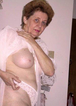 Пожилая женщина имеет еще приличные буфера и бритую киску, готовую к траху в любой момент - фото 2