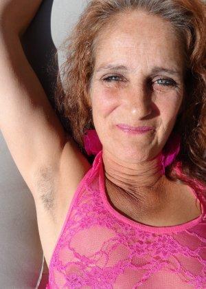 Зрелая женщина показывает себя со всех сторон, не стесняясь ничего – она знает, как себя преподнести - фото 29
