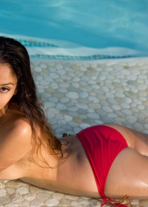 Алексис Лав позирует в красном бикини - фото 11- фото 11- фото 11