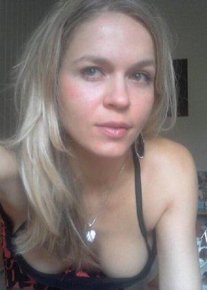 Милая блондинка знает, какую позу надо принять, чтобы выглядеть сексуально и возбудить мужчину - фото 13