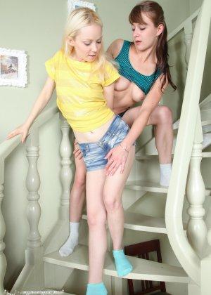 Почему бы горячим лесби не попробовать экстрим трах на лестнице, тем более с мощным вибратором? - фото 1