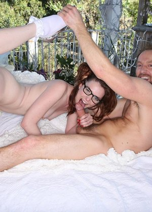 У Эммы Еванс на терассе стоит кровать для траха с любовничком - фото 3