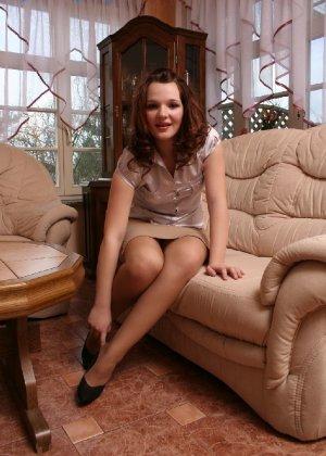 Девушка снимает туфли после тяжелого дня и показывает свои ножки в капроновых колготках - фото 2
