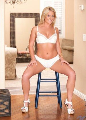 Шикарная блондинка Пэйтон Симмонс снимает с себя белье и эротично показывает свое тело - фото 2