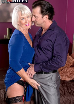 Любовник снимает синее платье красотки Дженни Лоу и радует ее дырочки своим толстым хуем - фото 2