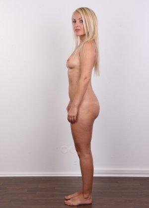 Блонда с рисунком бабочки на спине имеет неплохие формы, ее пизденка тоже весьма неплоха - фото 12