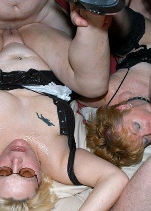 Костюмированная вечеринка для взрослых пар всегда подразумевает под собой шикарную оргию в конце - фото 11