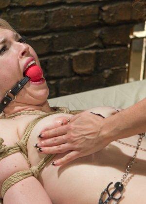 Элла Нова оказывается во власти роковой красотки и позволяет вытворять с собой настоящие безумства - фото 16
