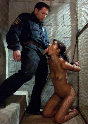 порно допрос в тюрьме