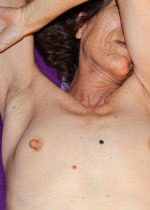 Женщина скрывает свое лицо, зато показывает наглядно, насколько маленькой бывает грудь - фото 9