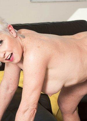 Распутной пожилой женщине мало того, что парень ей намазал спину кремом, она хочет трахаться с ним - фото 6