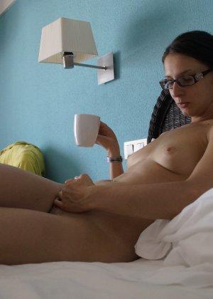 Зрелые парочки занимаются жарким сексом, а молодые девушки тоже очень хотят развлечений - фото 50