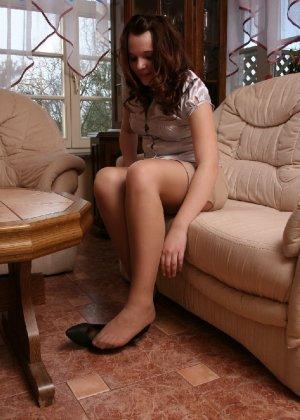 Девушка снимает туфли после тяжелого дня и показывает свои ножки в капроновых колготках - фото 32