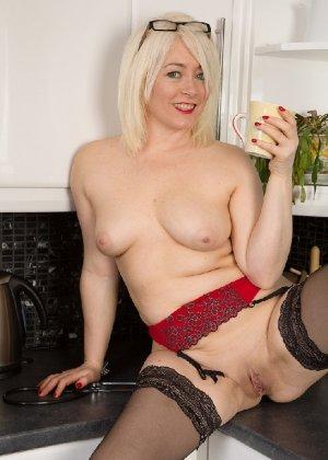 Британская развратница в зрелом возрасте Эмбер Джевел хорошо сохранилась и с удовольствием показывает свою фигуру - фото 6