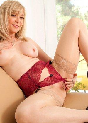 У зрелой блонды имеется специальная игрушка для стимуляции заветной точки внутри вагины - фото 6