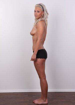 На чешском кастинге сексуальная телка снимает с себя все лишнее и остается обнажена - фото 5