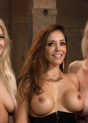 Две красивые силиконовые блондинки с удовольствием подчиняются эффектной брюнетки, давая ей трахать их страпоном - фото 19