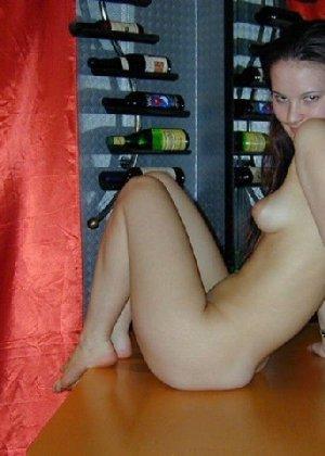 Сексуальная красотка снимает с себя эротическое белье и демонстрирует свое стройное тело - фото 7