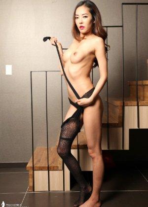 Азиатка постепенно освобождается от одежды и остается совсем обнажена, показывая стройное тело - фото 65 - фото 65 - фото 65