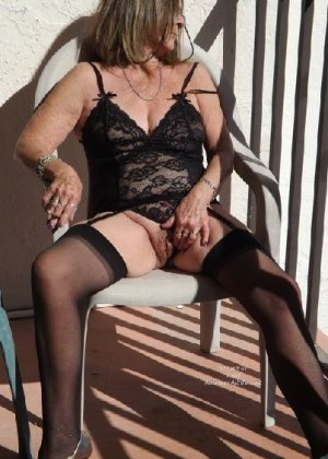 Женщина в возрасте и пышном теле очень хочет секса, поэтому пользуется разными секс-игрушками - фото 25