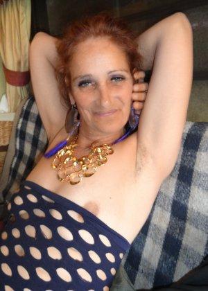 Зрелая женщина показывает себя со всех сторон, не стесняясь ничего – она знает, как себя преподнести - фото 21