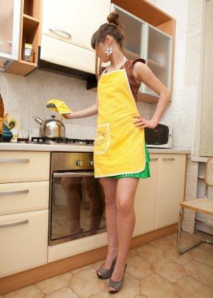 Наташа Китхен так устала готовить, что решила немного развлечься, сняв с себя всю одежду - фото 20
