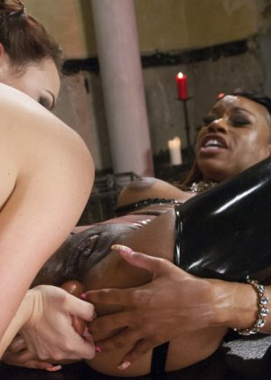Карамель Старр и Шанель Престон занимаются развратными действиями, испытывая анус на прочность - фото 12