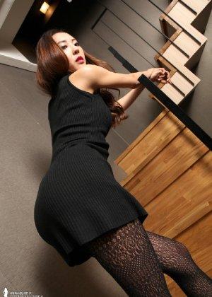 Азиатка постепенно освобождается от одежды и остается совсем обнажена, показывая стройное тело - фото 15