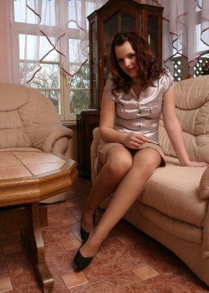Девушка снимает туфли после тяжелого дня и показывает свои ножки в капроновых колготках - фото 3