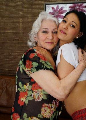 Горячая брюнетка нашла пожилую любовницу, которая просто мастерски делает куни - фото 1