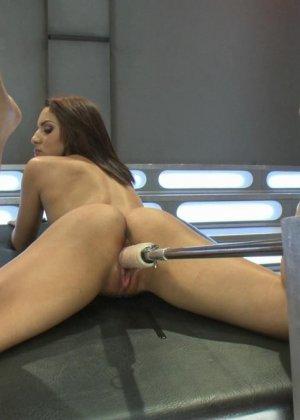 Лив Агилера перепробовала разные насадки на секс машинах и осталась вполне довольна мощными вибраторами - фото 11