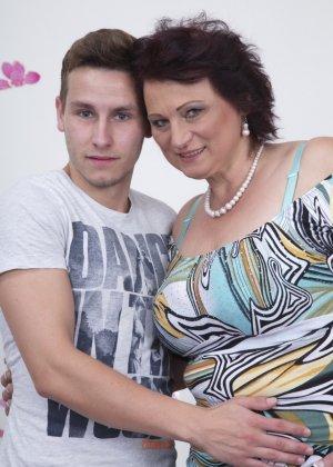 Зрелая женщина разрешает себя облапать молодому человеку и проявляет интерес к его члену - фото 2