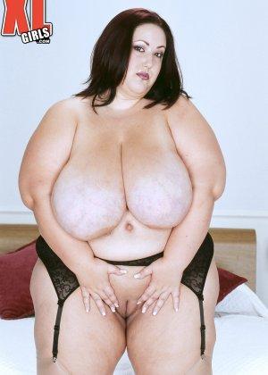Жирная толстуха очень хочет похвастаться своими гигантскими буферами, поэтому выкладывает свои достоинства - фото 13