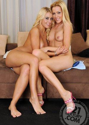 Две подружки блондинки очень горячие любовницы обливаются маслом - фото 20