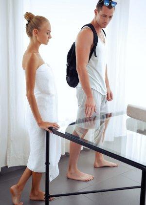 Нэнси приглашает на дом массажиста, а тот доводит ее до невероятного экстаза, поэтому она благодарит минетом - фото 35