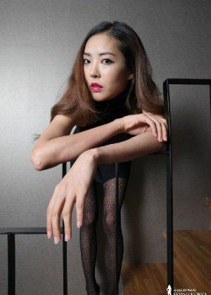 Азиатка постепенно освобождается от одежды и остается совсем обнажена, показывая стройное тело - фото 4