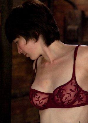 Муж подарил жене вечерний сеанс в закрытом клубе, где она смогла вдоволь потрахаться с секс машиной - фото 3