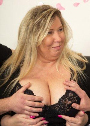 Зрелая женщина очень радуется вниманию двух молодых людей и показывает им свою огромную грудь - фото 9