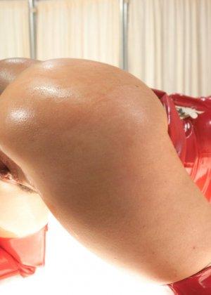 Черри Терн и ее подруга Миа Годелись в костюмы медсестер и трахают друг друга страпонами - фото 3