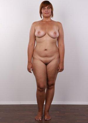 Полненькая задница зрелой телки и ее бритая киска с тонкими половыми губами - фото 5