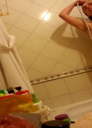 Джионни обладает пышной фигурой, которую она показывает, зайдя под струи горячего душа - фото 7