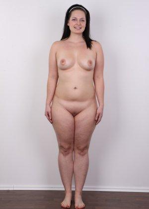 На очередном кастинге симпатичная девушка с пухлой задницей полностью разделась - фото 11