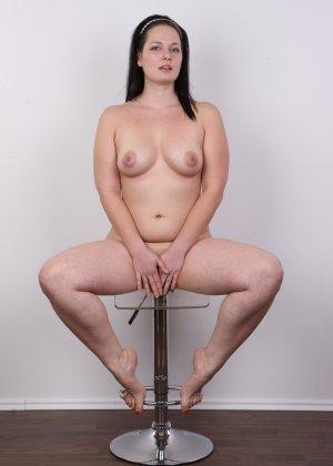 На очередном кастинге симпатичная девушка с пухлой задницей полностью разделась - фото 17