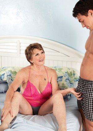 Пока муженек спит, в комнату Беа Каммингс приходит молодой друг и начинает ее иметь - фото 1