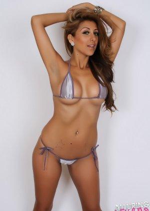 Горячая модель с экзотической внешностью показывает свою красивую фигуру под крохотным бикини - фото 2