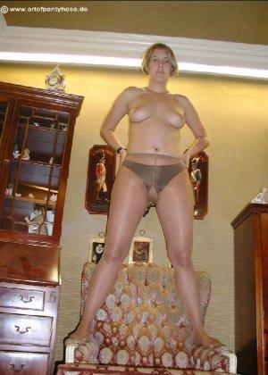 Миа Зиммер показывает свою грудь, но низ она не снимает, оставаясь в колготках и трусах - фото 50