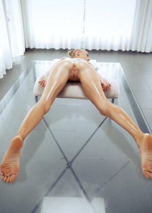 Нэнси приглашает на дом массажиста, а тот доводит ее до невероятного экстаза, поэтому она благодарит минетом - порно фото 61