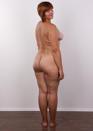 Полненькая задница зрелой телки и ее бритая киска с тонкими половыми губами - фото 12