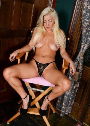 Сладким дырочкам похотливой блонды нужно еще больше хуев, способных удовлетворить все потребности хозяйки - фото 4